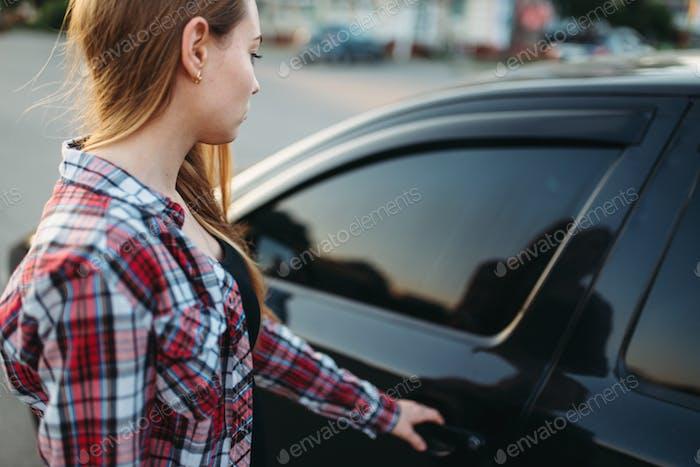 Weibliche Hand offene Autotür, Fahrer Anfänger Konzept