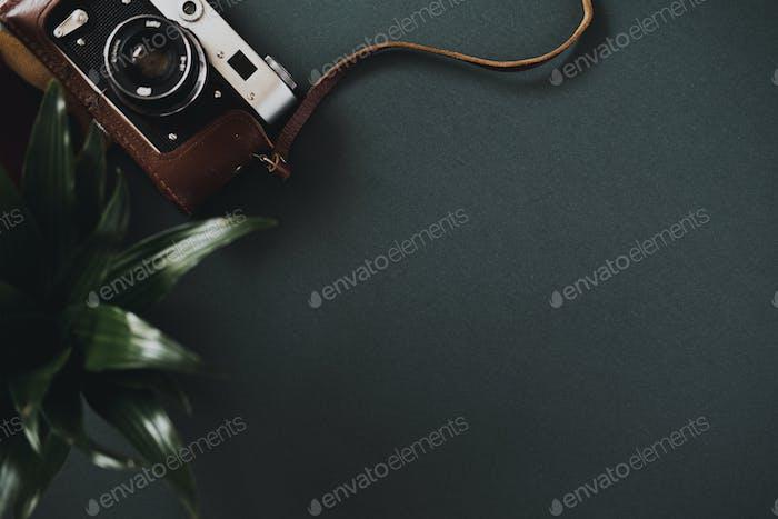 Draufsicht einer flachen Filmkamera in einem Etui