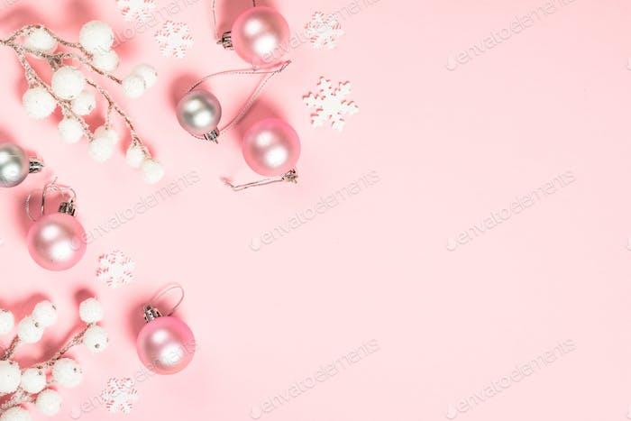 Weihnachten flache lag Hintergrund mit rosa und weißen Dekorationen auf rosa