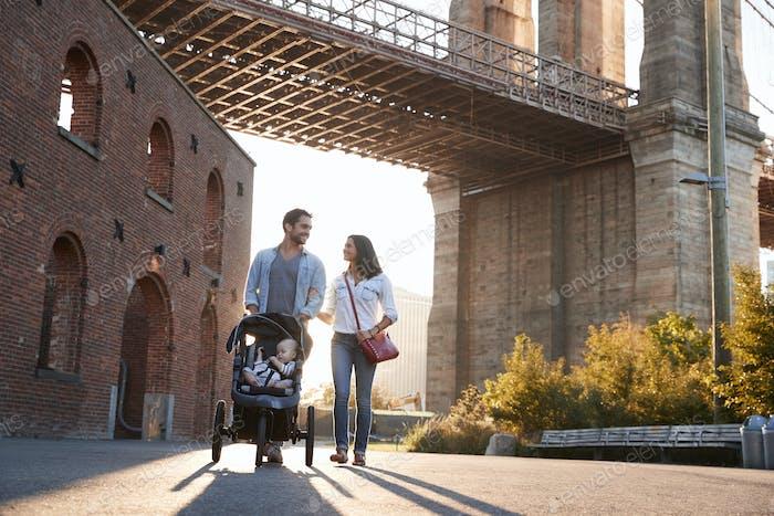 Junge Familie mit einer Tochter zu Fuß auf einer Straße