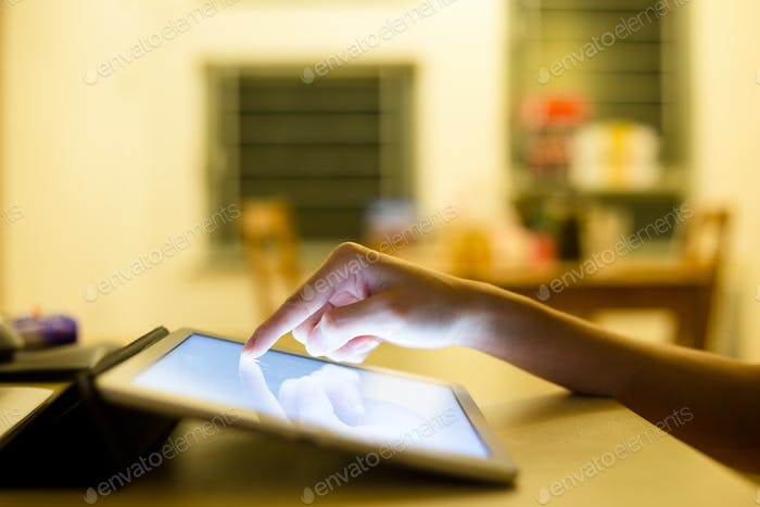 Handdrücken auf dem Bildschirm Digital-Tablet