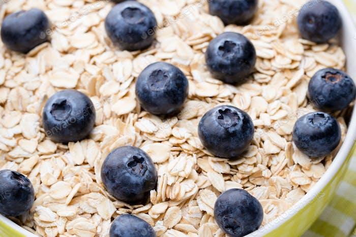 Oatmeal porridge with blueberries. healthy breakfast.