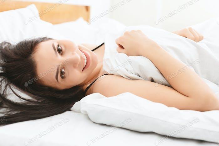 Junges Mädchen ruht in ihrem Bett nach guter Nacht Schlaf