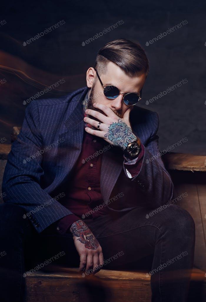 Портрет бородатого мужчины в солнцезащитных очках
