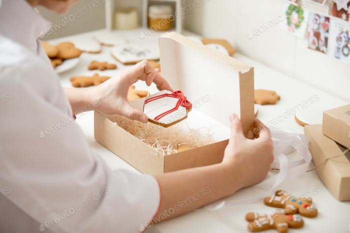Process of packing gingerbread cookies into a kraft box