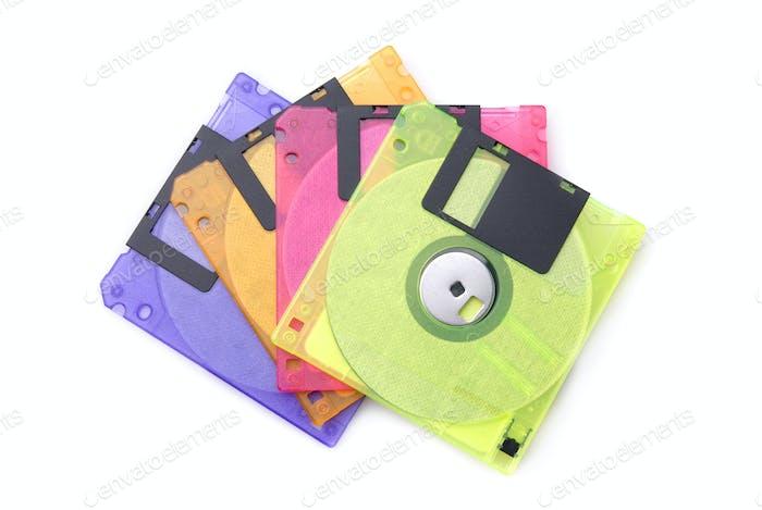 Цветные дискеты, изолированные на белом