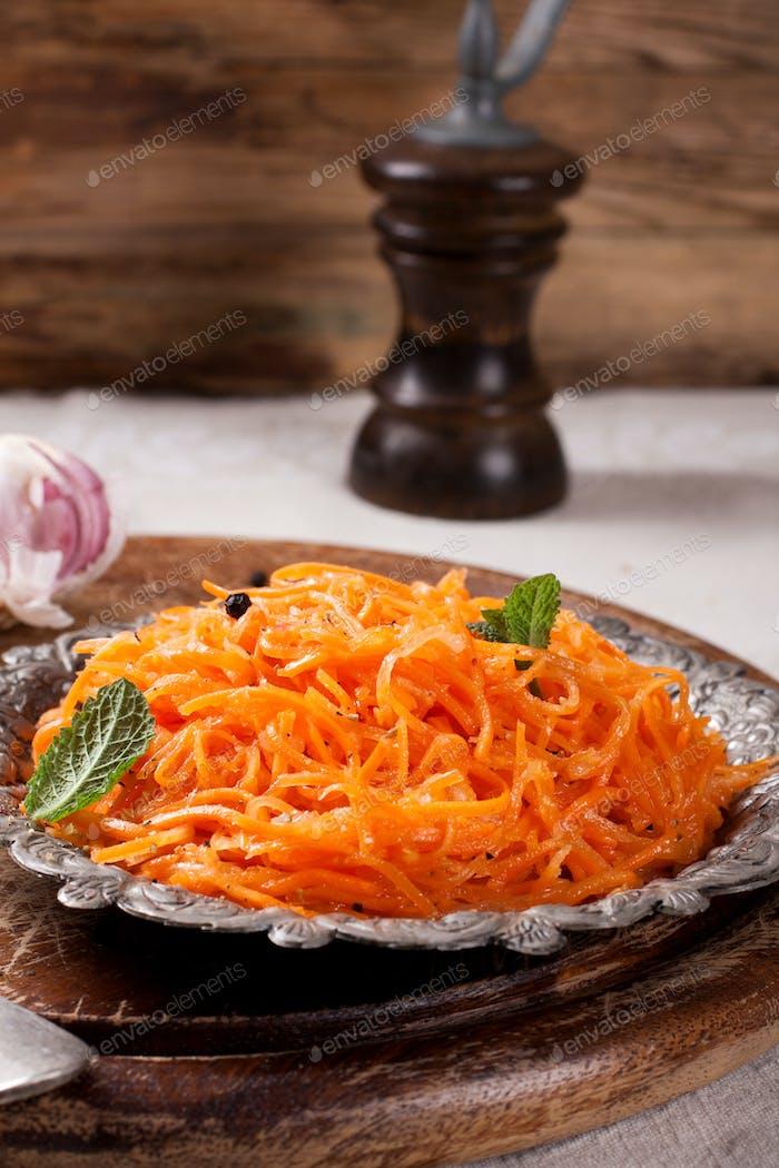 Würziger Salat im asiatischen Stil