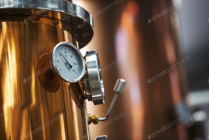 Nahaufnahme eines Messgeräts auf einem Kupferkochkessel oder einer Gärkammer.