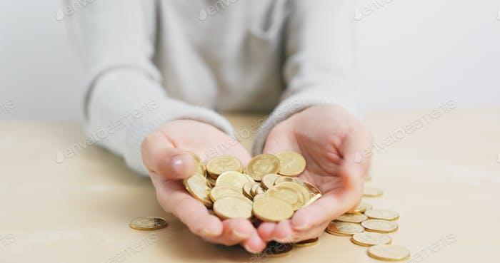 Mujer sosteniendo un montón de monedas