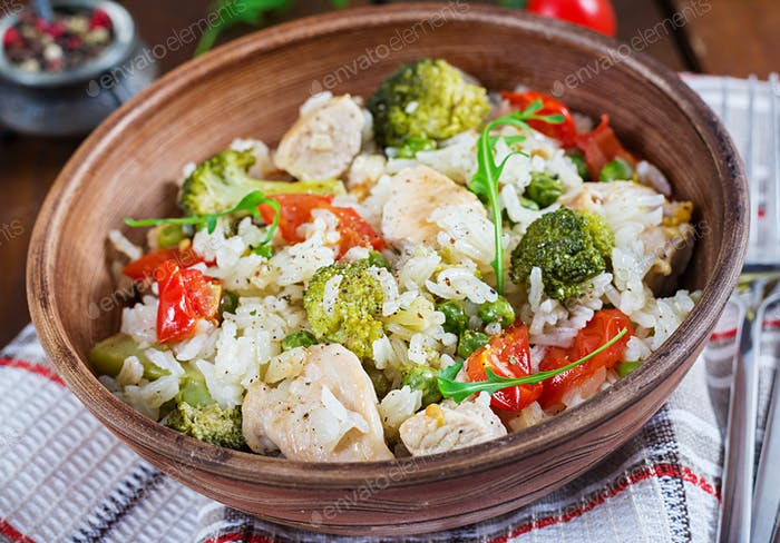Köstliches Huhn, Brokkoli, grüne Erbsen, Tomate rühren braten mit Reis. Asiatische Küche. Gesundes Essen.