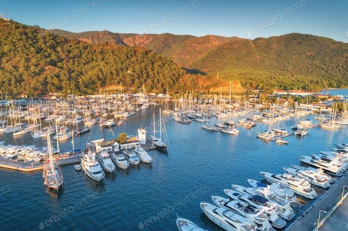 Luftaufnahme von Booten und Yachten bei Sonnenuntergang