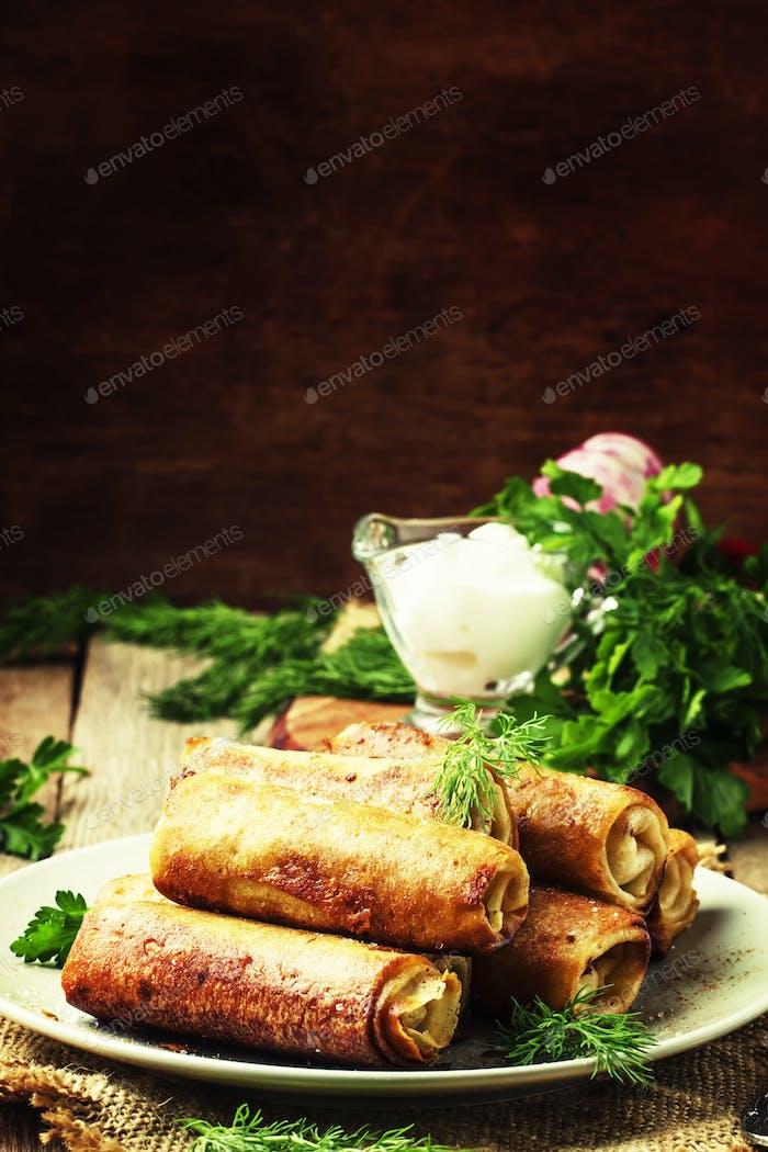 Pfannkuchen mit Fleisch, rustikaler Stil