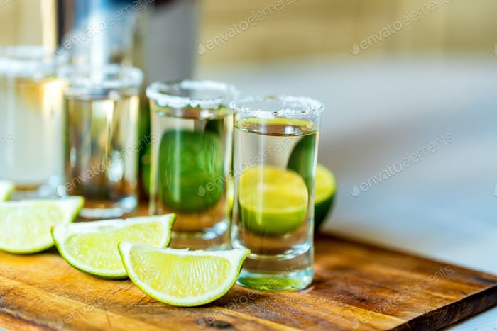 Tequila mit Limette und Salz, selektiver Fokus