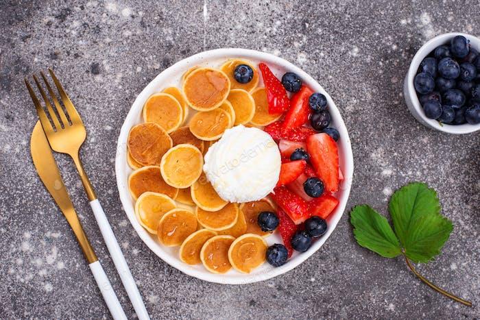 Süße Pfannkuchen Getreide mit Beeren