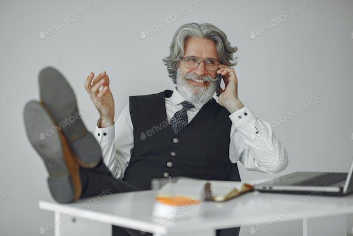 Красивый задумчивый зрелый бизнесмен в офисе