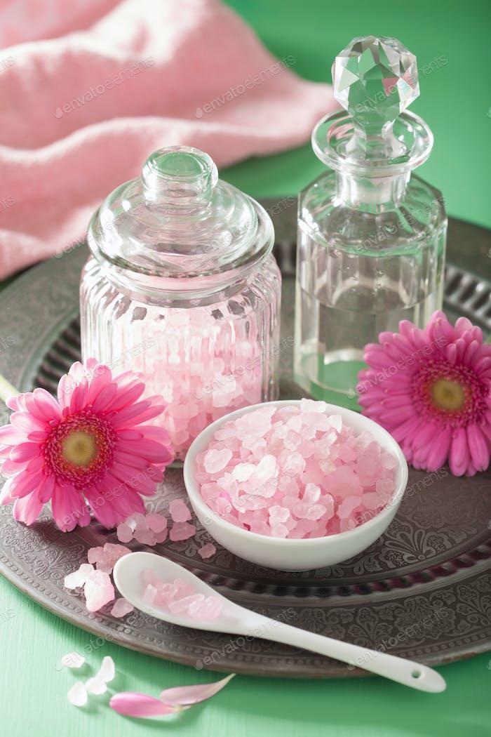 Spa Aromatherapie mit rosa Salz Gerbera Blumen