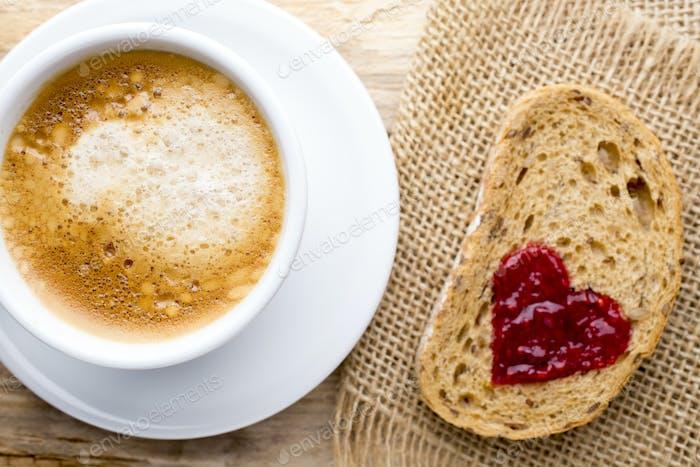 Frischer Kaffee. Korn Scheibe Brot mit Marmelade Herzform.