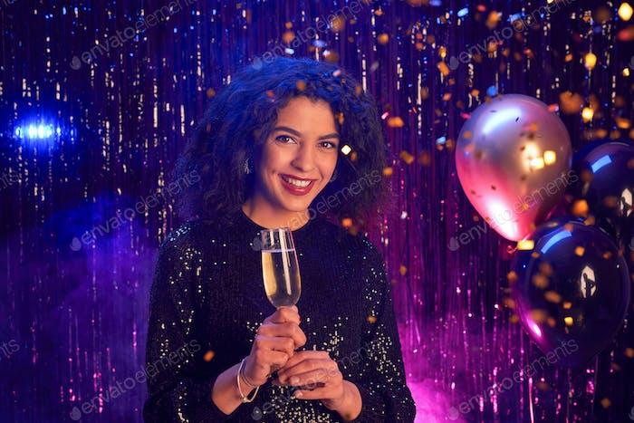 Красивая женщина наслаждается вечеринка