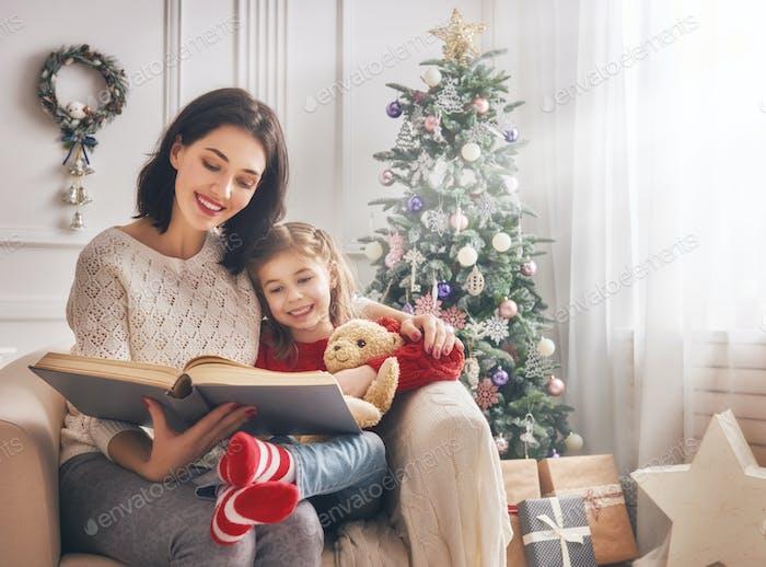 Mama lesen ein Buch, um Ihre Tochter