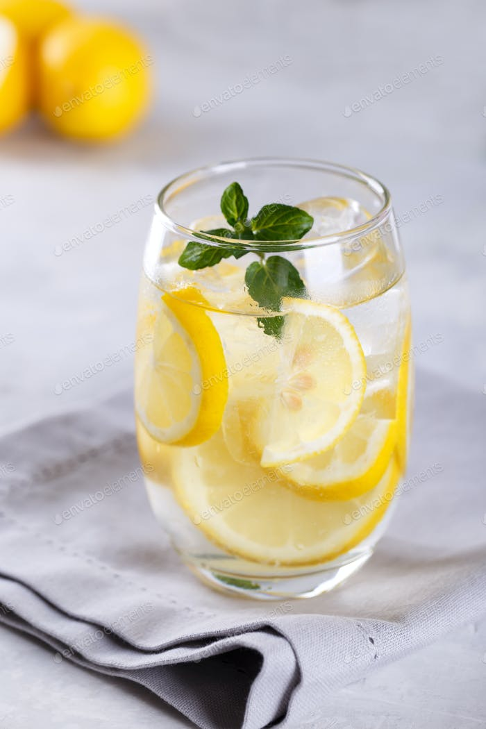 Zitrone infundiertes Wasser