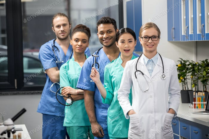 Gruppe von medizinischen Arbeitern mit Ausrüstung im Labor