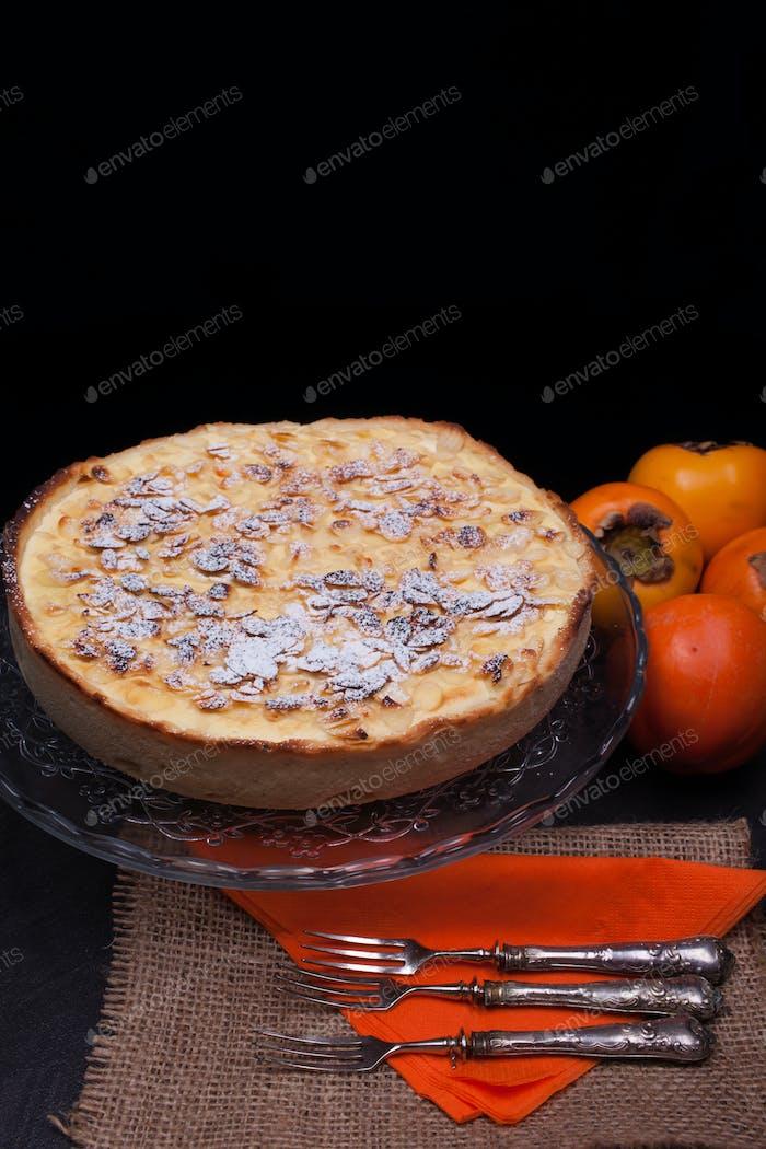 Pastel de caqui recién horneado