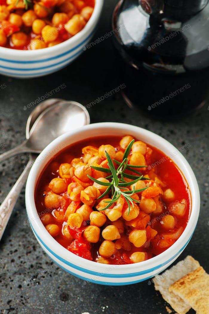Kichererbse mit Tomaten, Karotte und Rosmarin