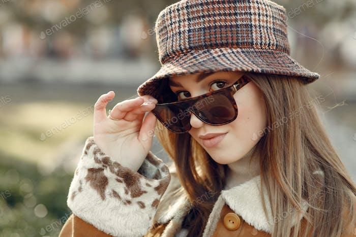 Mädchen in Sonnenbrille schaut in die Kamera