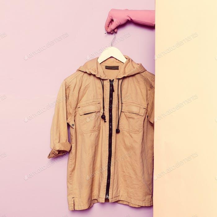Stilvolle Kleidung. Militärjacke. Garderobe Ideen Trend