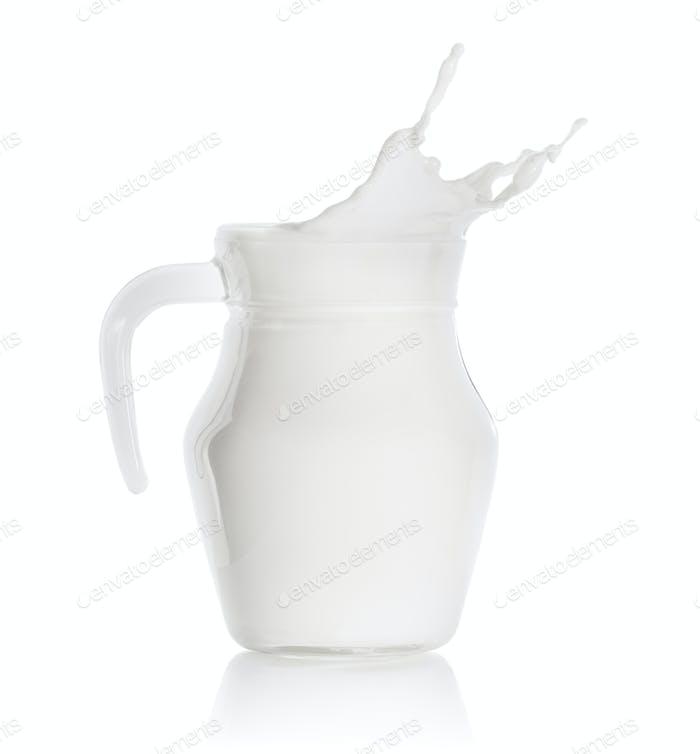 Spritzer Milch in einem Glaskrug