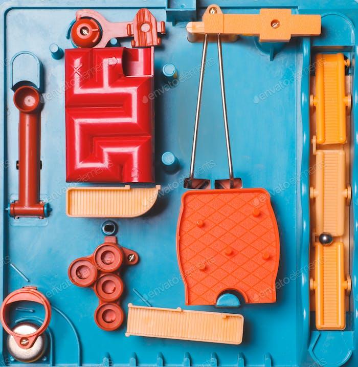 Spielzeug-Hindernis-Kurs bunt
