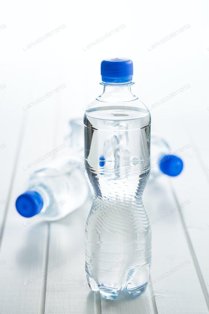 Kleine Kunststoff-Wasserflasche.