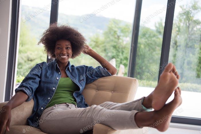 schwarze Frauen zu Hause im Stuhl