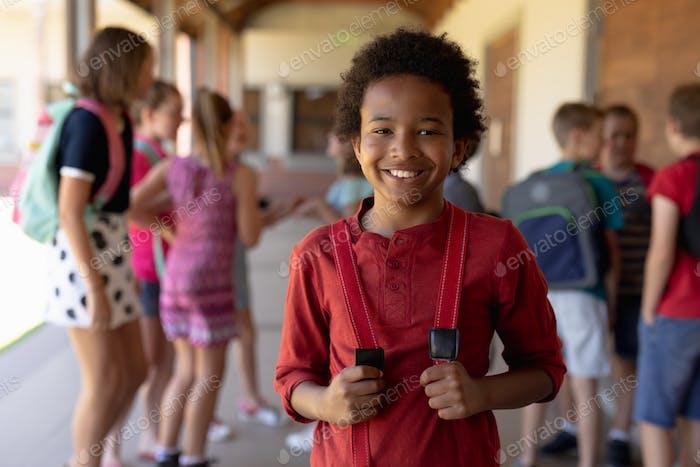 Schuljunge stehend auf dem Schulhof in der Grundschule