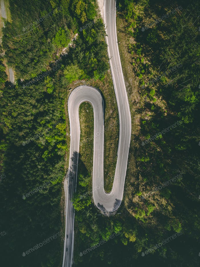 Luftaufnahme der kurvenigen Straße mit Motorrädern in Italien
