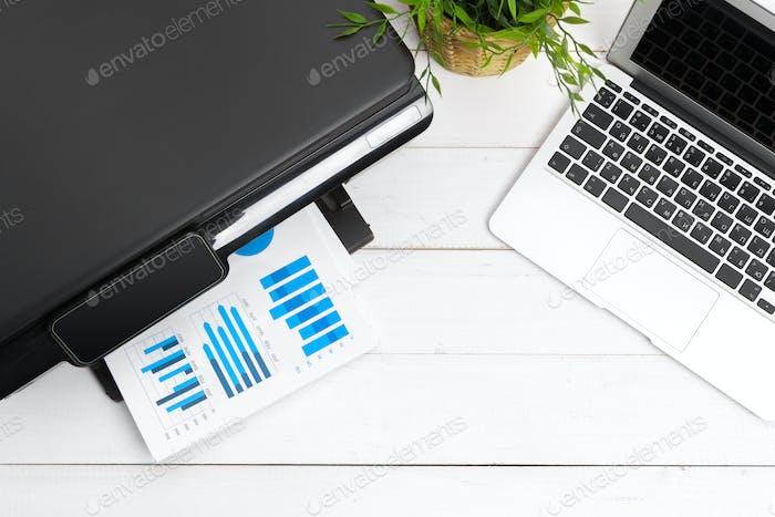Arbeitsplatz einer Geschäftsperson. Drucker und anderes Bürobedarf