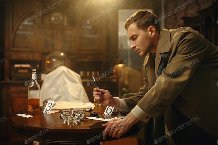 Detective mit Pinzette legt die Beweise in eine Tasche