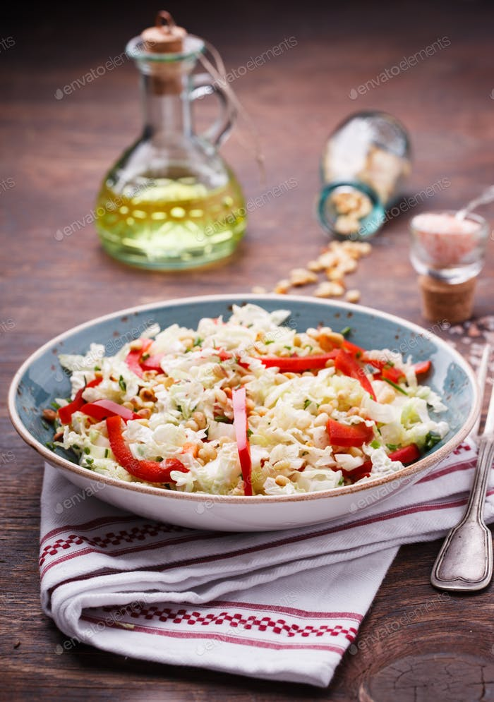 Salat aus Kohl mit rotem Pfeffer