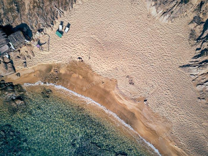 Mann in Hängematte auf einem Strand Luftbild
