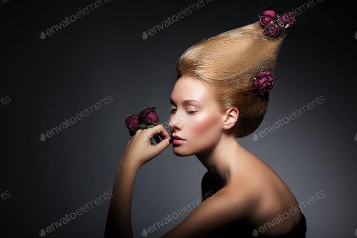 Mode-Modell mit Blumen