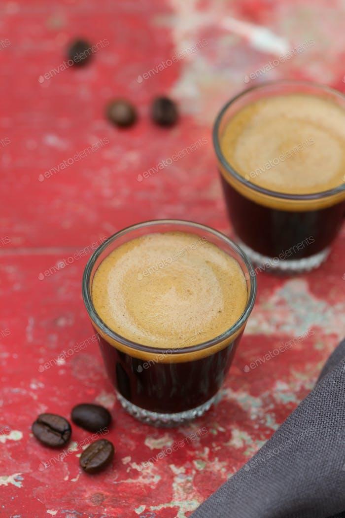 Kaffee Espresso geschossen in einem Glas auf einem Tisch