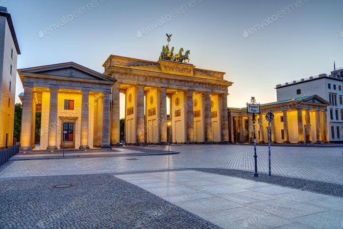 Das berühmte beleuchtete Brandenburger Tor in Berlin