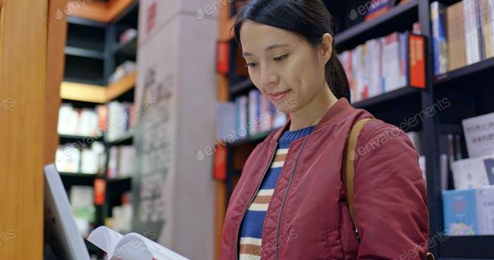 Mujer leyó en la librería