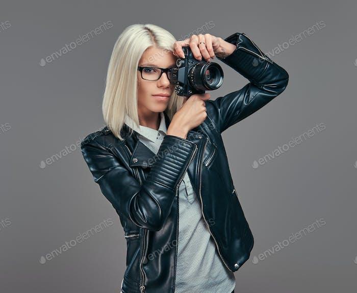 Smart modische Blogger weiblich in modernen Kleidern und Brillen in einem Studio