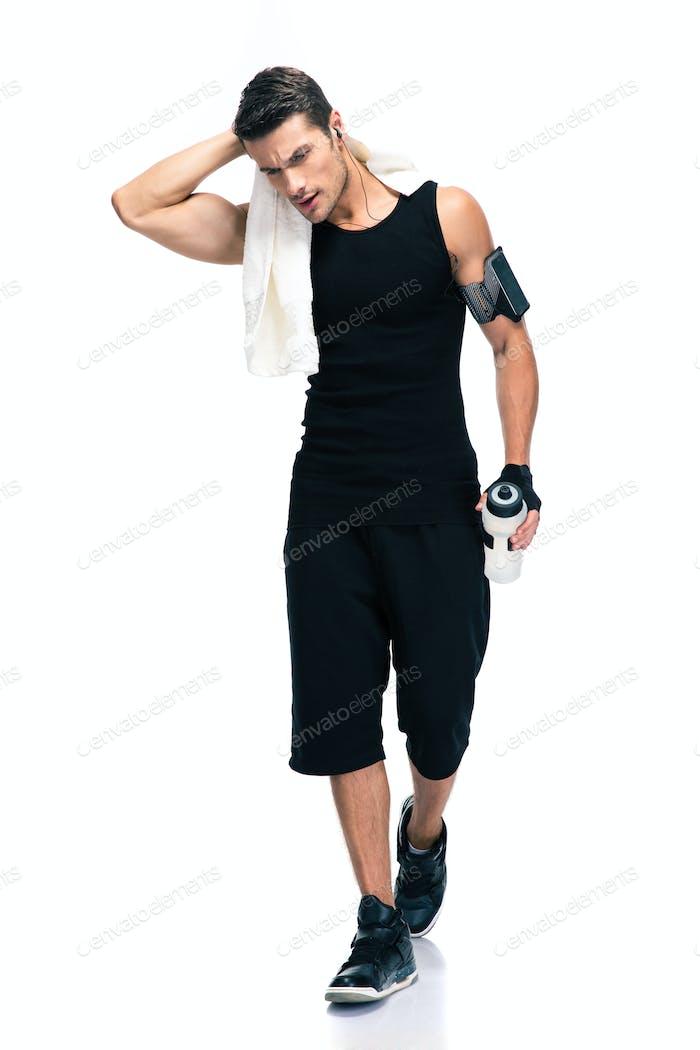 Fitness Hombre sosteniendo toalla y botella con agua