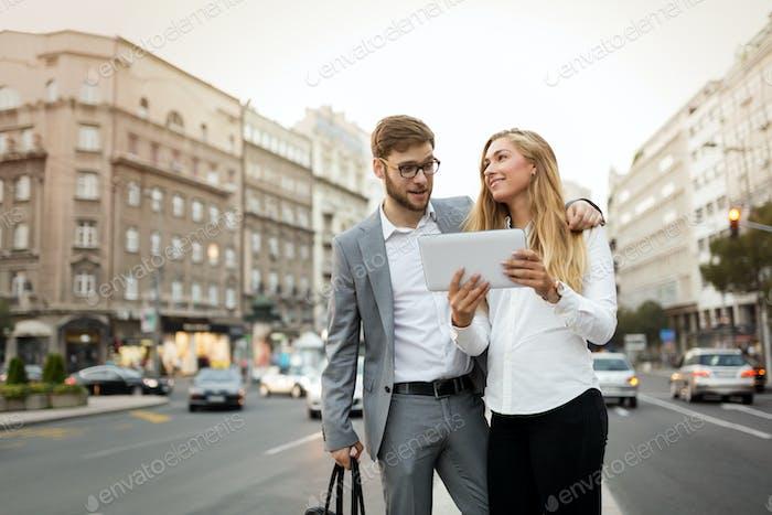 Деловые коллеги на улицах города