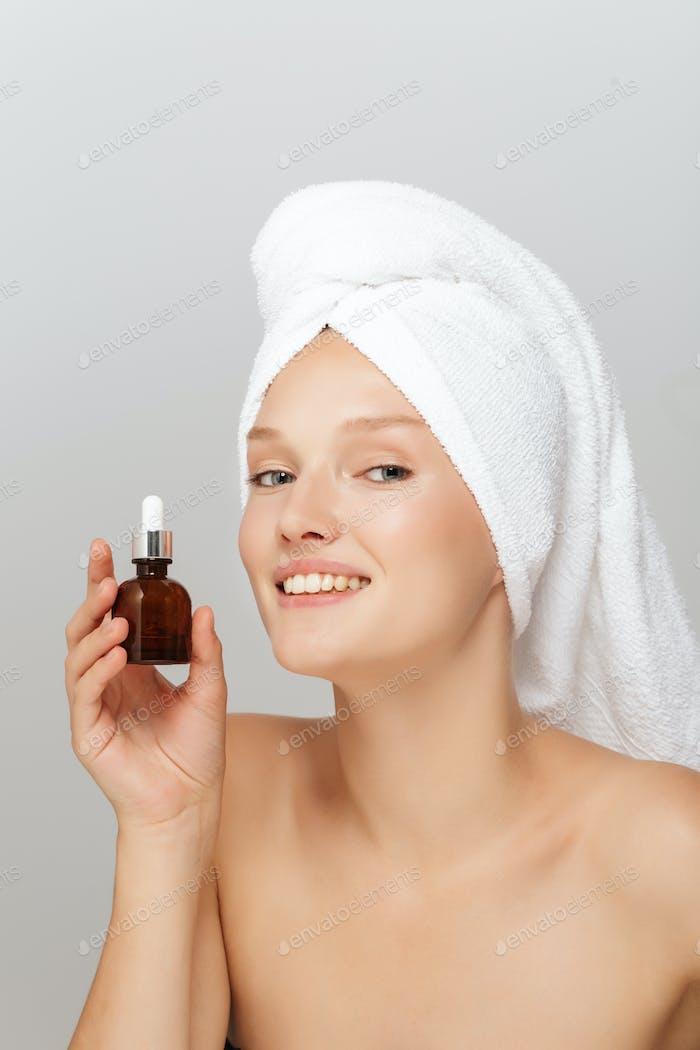 Porträt der attraktiven Dame ohne Make-up mit weißem Handtuch auf h