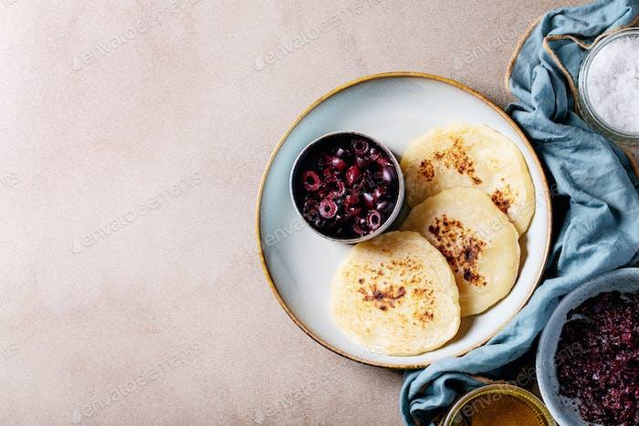 Oliven Tapenade serviert mit hausgemachtem Brot