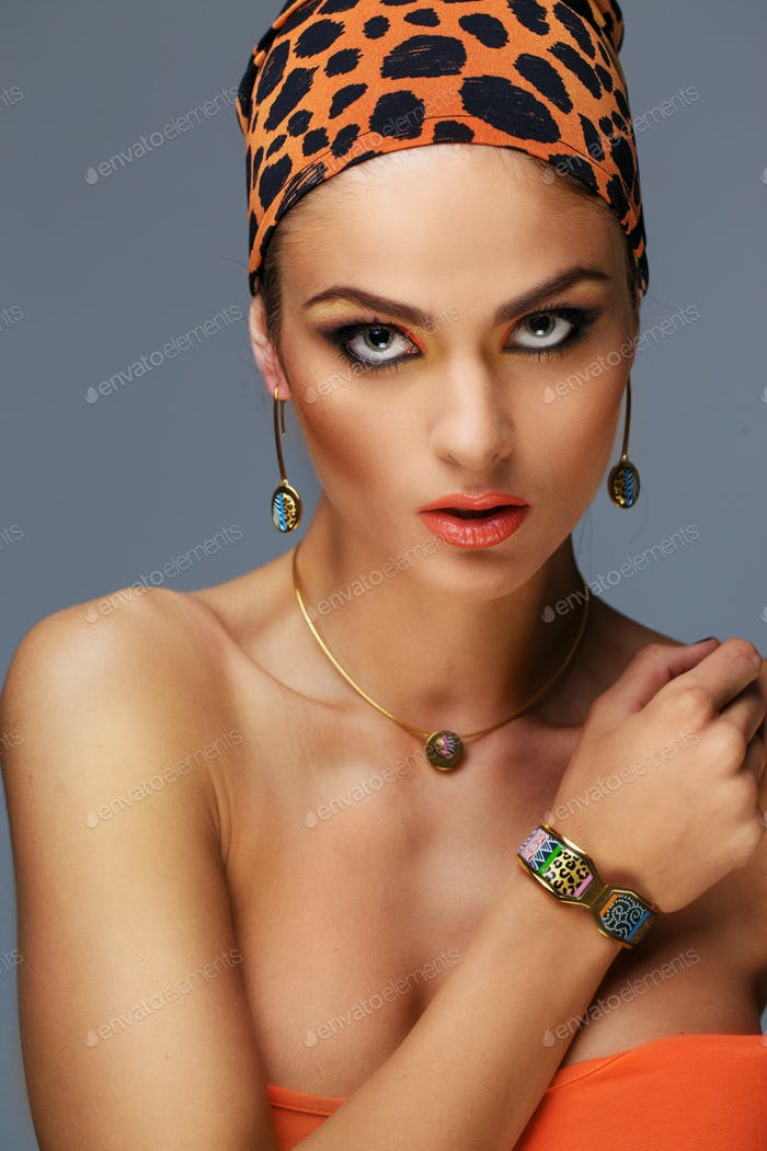 Retrato de mujer con maquillaje exótico.