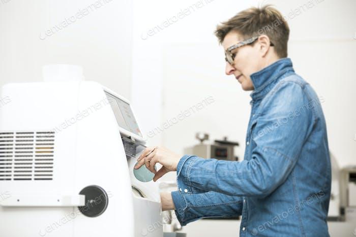 woman hone the edge of the eyeglasses